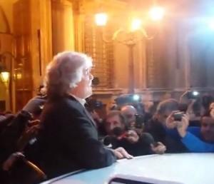 "Beppe Grillo sul predellino come Berlusconi: ""Chi vi ricordo"" (video)"