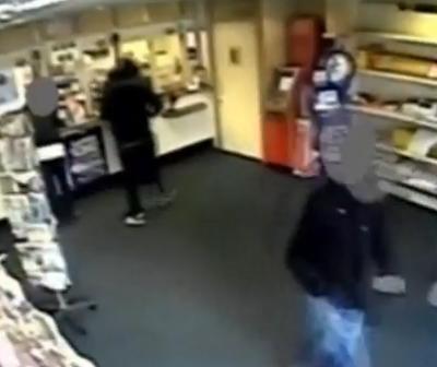 Rapina alle poste per comprare regali di Natale ai figli (video)