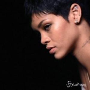 Rihanna, nuovo tatuaggio: croce decorata sul polso destro
