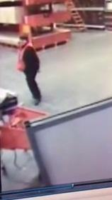 Salva al volo il bambino che cade (video)
