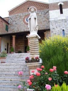 Siena, riciclava assegni rubati in chiesa con le messe per un caro estinto