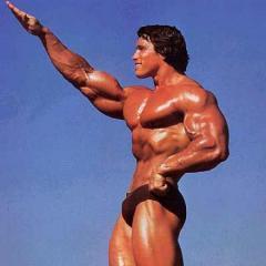 Arnold Schwarzenegger nudo per scherzo, la stagista piange