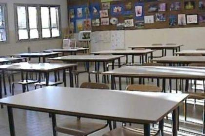 Savona ragazzi fumano di nascosto nei bagni di scuola for Porte natalizie scuola
