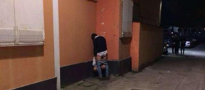 Sesso orale fuori dalla discoteca a Rimini