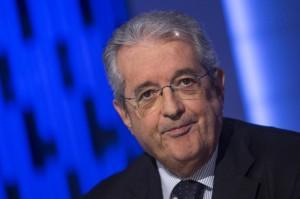 """Saccomanni: """"Tasse in calo nel 2014"""". Adusbef: """"Fandonie, si dimetta"""""""