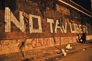 """Torino, striscione No Tav contro pm: """"Padalino, terrorista è tua madre"""""""