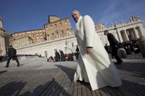 Papa Francesco battezza 32 bimbi. Tra loro figlio di coppia convivente