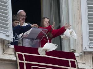 Guarda la versione ingrandita di Papa Francesco libera una colomba: corvo e gabbiano l'aggrediscono (foto)