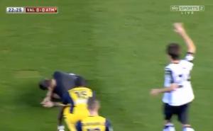 L'arbitro cammina all'indietro: non si accorge del calciatore e finisce a terra