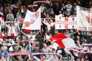 Tifosi Padova e Modena, scontri all'aeroporto di Palermo: ferito un agente (LaPresse)