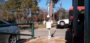 Auto sui binari: il trenino dei bambini ci sbatte contro