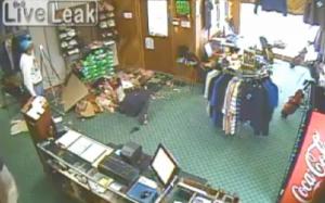 """Crolla soffitto e cade nel negozio. Commesso: """"Non ti muovere, devo riprendere la scena"""""""