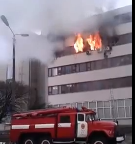 Fabbrica di gioielli in fiamme: 4 persone si gettano dal quarto piano per salvarsi