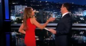 Sofia Vergara, schiaffo in diretta al conduttore Jimmy Kimmel