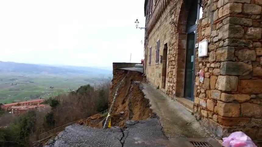 Maltempo Toscana: a Volterra crolla un pezzo di mura medievali