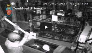 Un frame del video del furto in armeria