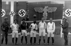 Il cast leggendario del film cult «Fuga per la vittoria», di John Houston. Il primo a sinistra è proprio Osvaldo Ardiles