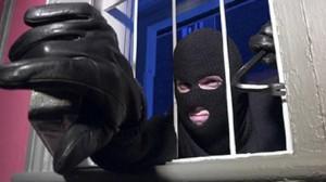 """Ladri rubano al bar, la titolare mette cartello in vetrina: """"Grazie bastardi"""""""