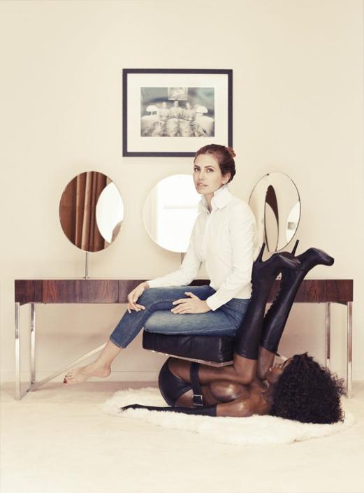 Dasha Zholova su sedia a forma di donna di colore