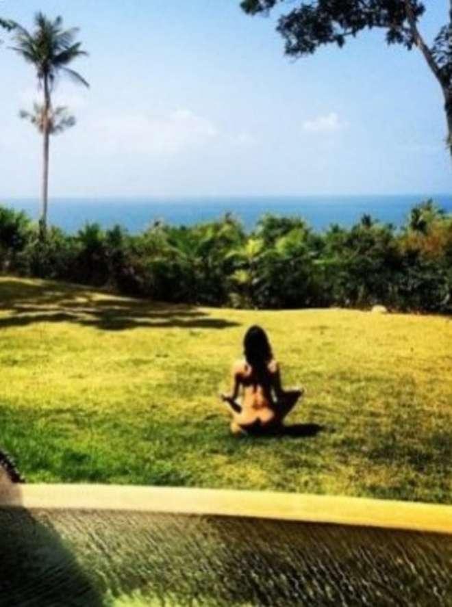 Michelle Rodriguez fa yoga nuda: la foto su Instagram