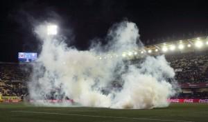 Fumogeno in campo a Vila-Real: giocatori con occhi irritati, partita interrotta