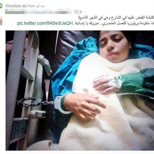 Egitto, ragazza pro-Morsi ammanettata in barella dopo aver partorito