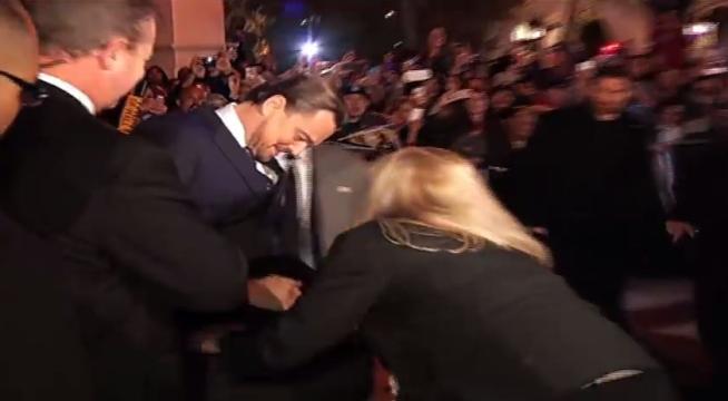 Leonardo DiCaprio palpato nelle parti intime sul red carpet (video)