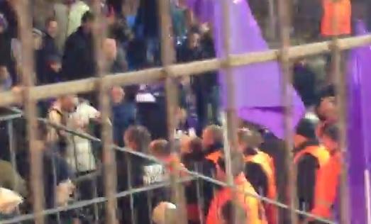 Esbjerg-Fiorentina, arrestati 3 tifosi viola: rissa con gli steward (video)
