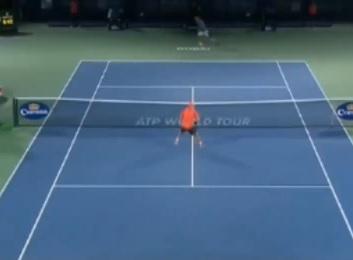 Federer, pallonetto in mezzo alle gambe (video)
