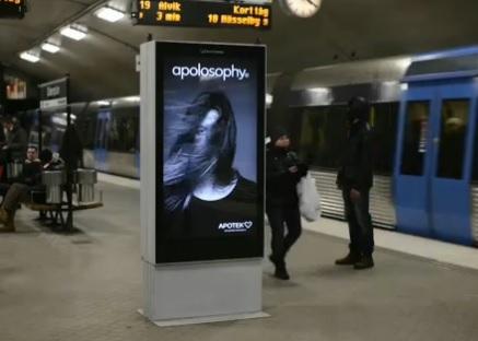 La metro scompiglia i capelli alla modella cartellone pubblicitario interattivo
