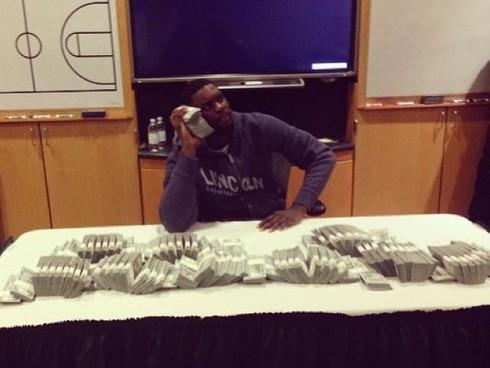 Lance Stephenson posa con 1 milione di dollari: bufera sul web (foto)