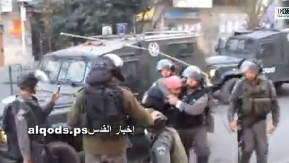 Soldati israeliani si fotografano mentre sottomettono ragazzo palestinese (video)