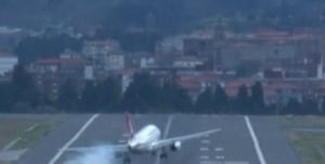 Bilbao, vento forte: aereo non riesce ad atterrare