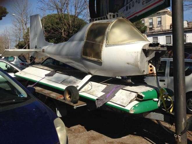 Roma: piccolo aereo parcheggiato a Via Ramazzini accanto al San  (foto)