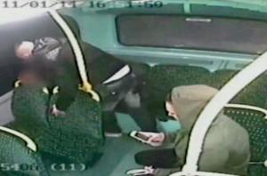 Birmingham: uomo picchia passeggero sul bus davanti ai figli