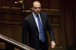"Alfano avverte Matteo Renzi: ""No ministro Economia 'affezionato' alle tasse"""