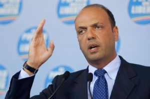 """Forza Italia contro Alfano. """"Senza vergogna"""", """"Scondizolava più di Dudù"""""""