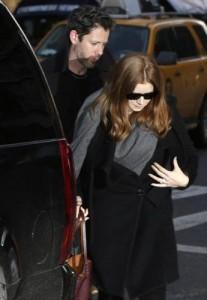 Gaffe di Valentino: foto di Amy Adams con la borsa, ma è al funerale di Hoffman