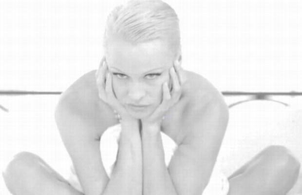 Pamela Anderson si spoglia per la Peta
