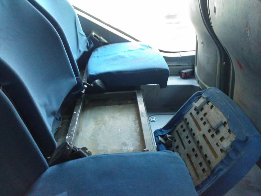 Sporcizia, degrado e sedili distrutti: ecco come viaggiano i passeggeri dei bus Atac a Ostia