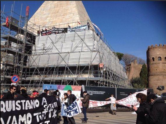 attivisti Movimento per la casa salgono sulla Piramide01