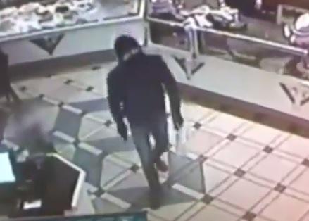 Bari, rapina Bar Savoia sotto gli occhi di un bimbo (video)