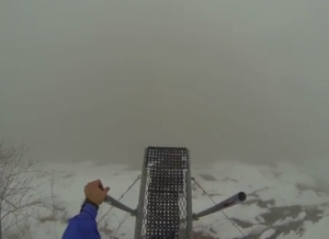 Base jump nella nebbia