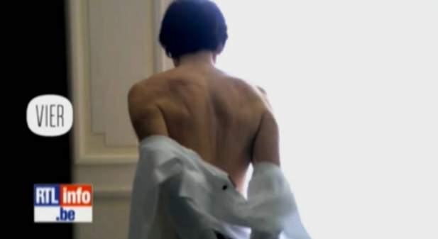 """Elio Di Rupo """"nudo"""" in tv: il premier belga ripreso mentre si cambia la camicia"""