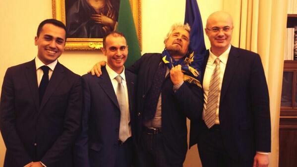 """Beppe Grillo scherza coi capigruppo M5s e si """"impicca"""" con la bandiera Ue: foto"""
