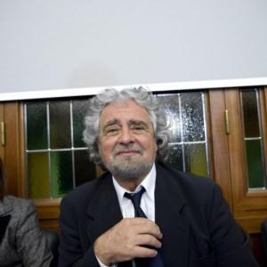 """Beppe Grillo sventola le manette: """"Nove mesi passano in fretta"""" (video)"""