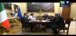 Guarda la versione ingrandita di Matteo Renzi di fronte a Beppe Grillo nella consultazione andata in onda in diretta streaming (La7-Ansa)