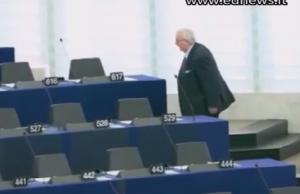 Mario Borghezio espone bandiera svizzera e viene espulso