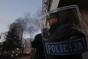 Bosnia, proteste contro il governo: fuoco ai palazzi. Oltre 150 feriti