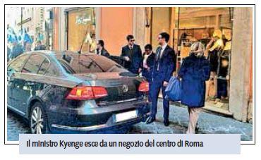 Cécile Kyenge fa shopping in auto blu a via del Corso